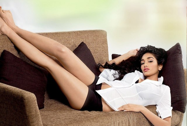 Джия Хан (Jiah Khan) в шортах на диване
